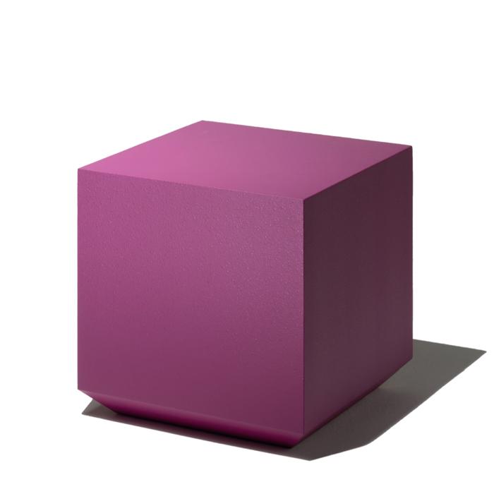Ce pouf carré ou rond est réalisé en mousse de polyuréthane injectée recouverte de peinture disponible dans de nombreux coloris.